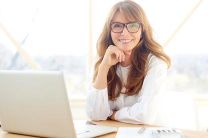 デスクで仕事をしている中年の女性