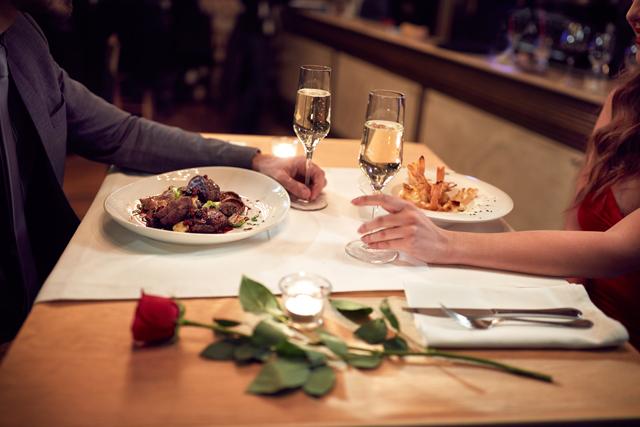レストランでディナーを楽しむ男女その2