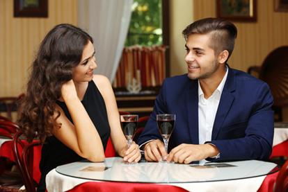 ホテルのラウンジでデートのディナーを楽しむ男女