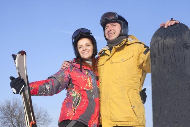 スキー板とスノボードを持つ外国人カップル | 今季オススメなスノースポーツデート | 高級交際クラブTen Carat「10カラットコラム」