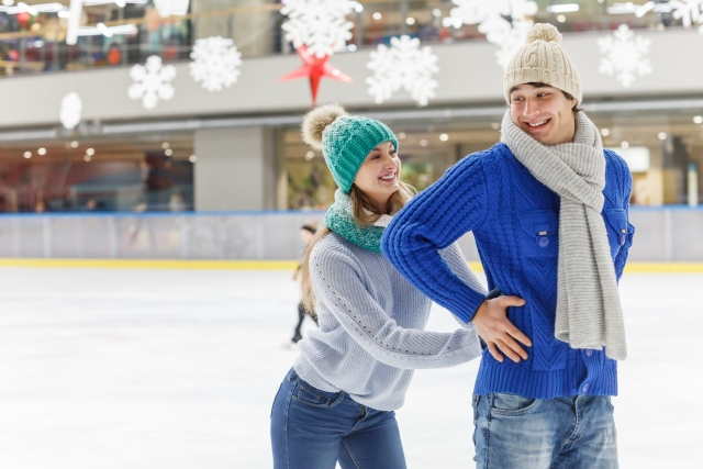 アイススケートをする外国人カップル | 今季オススメなスノースポーツデート | 高級交際クラブTen Carat「10カラットブログ」