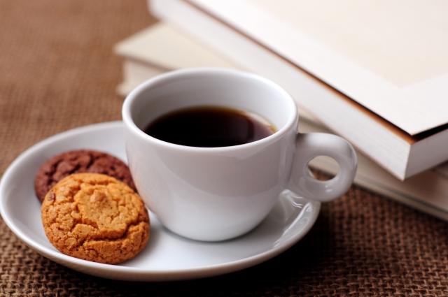 コーヒーと本 | のんびり過ごせる、おすすめのブックカフェデートスポット3選 | 高級交際クラブTen Carat「10カラットコラム」