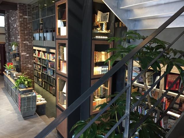 本屋イメージ | のんびり過ごせる、おすすめのブックカフェデートスポット3選 | 高級交際クラブTen Carat「10カラットブログ」