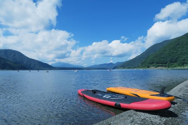 夏の湖とサップボードと青空 | アウトドアデートに利用したい、アクティビティ別おすすめスポット5選 | 高級交際クラブTen Carat「10カラットブログ」