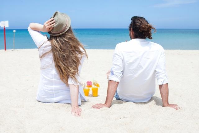 浜辺でくつろぐカップル | アウトドアデートに利用したい、アクティビティ別おすすめスポット5選 | 高級交際クラブTen Carat「10カラットコラム」
