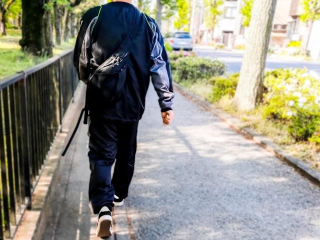 ウォーキングする男性 | デートする相手との年齢差は気にする?気にしない? | 高級交際クラブTen Carat「10カラットブログ」