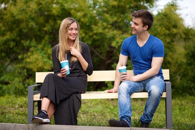 ベンチに座ってドリンクを飲むカップル | デートをした相手と今後も良い関係を続けるためには | 高級交際クラブTen Carat「10カラットコラム」