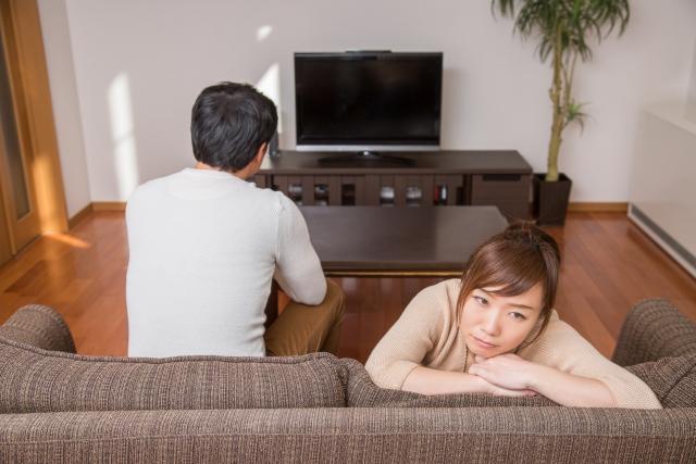 ソファでくつろぐ男女 | デートをした相手と今後も良い関係を続けるためには | 高級交際クラブTen Carat「10カラットブログ」