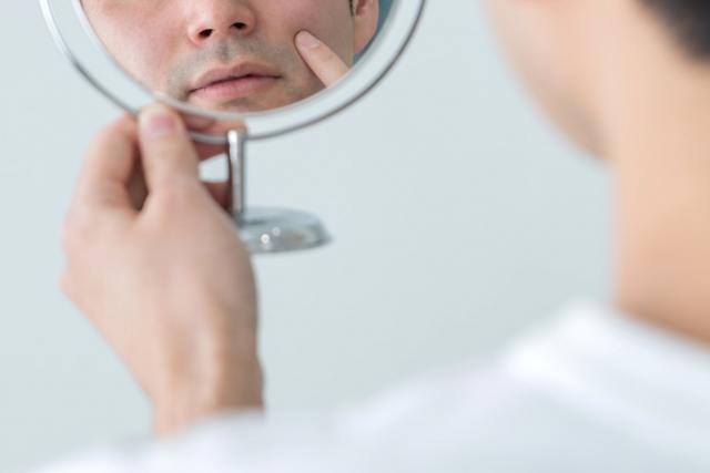 鏡で肌をチェックする男性 | 40代男性こそ、肌つやを気にかけるべき理由 | 高級交際クラブTen Carat「10カラットコラム」